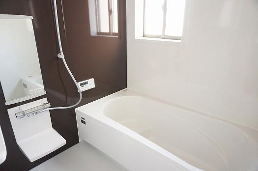 窓つきの明るい浴室
